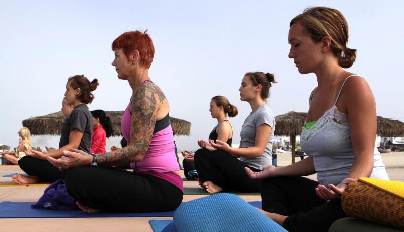 Regalan sesión de Yoga a personal médico