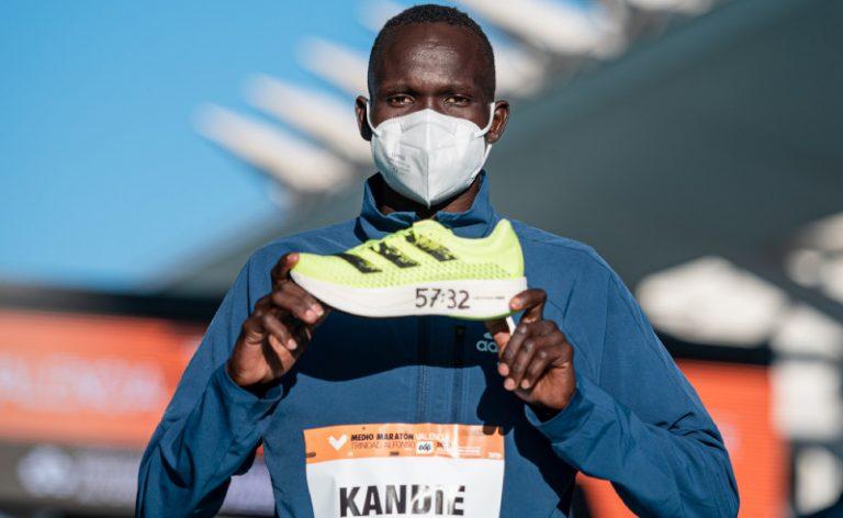 Kibiwott Kandie rompe récord mundial de medio maratón usando Adizero Adios Pro