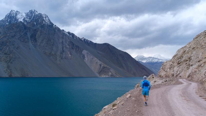 Felipe Cancino corriendo al lado del Río Maipo. Créditos: Patagonia / Rodrigo Manns